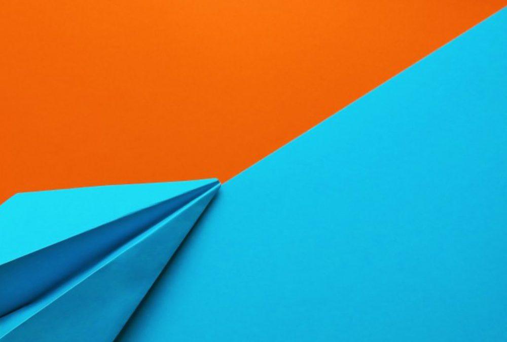 avion-papier-orange-bleu-redaction-contenu